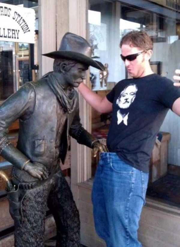 people-having-fun-with-statues-33