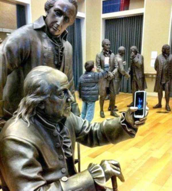people-having-fun-with-statues-45