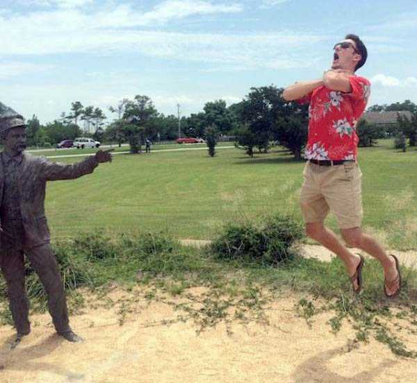 people-having-fun-with-statues-5