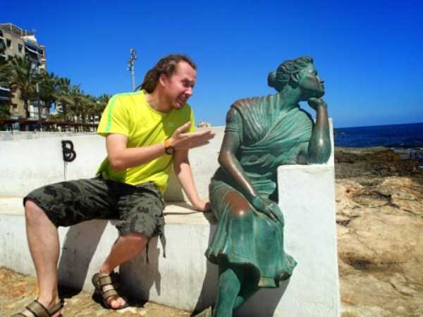 people-having-fun-with-statues-6