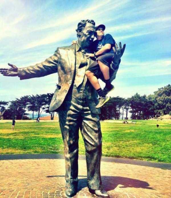 people-having-fun-with-statues-7