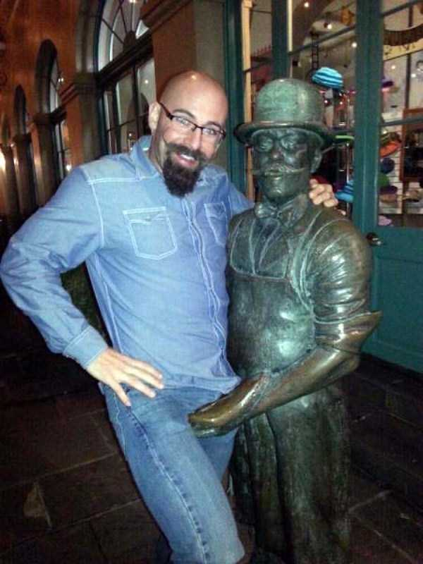people-having-fun-with-statues-9