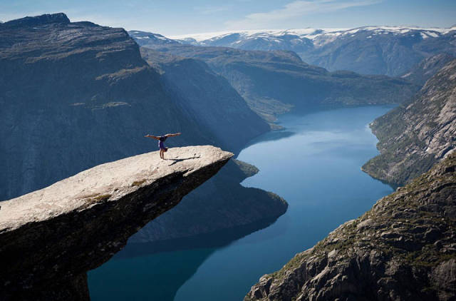 these_adventure_seekers_are_really_living_on_the_edge_640_05