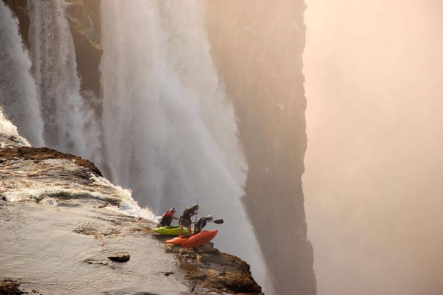 these_adventure_seekers_are_really_living_on_the_edge_640_14