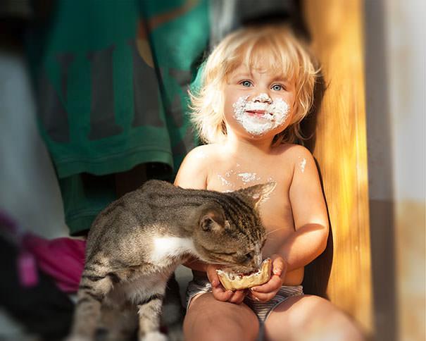 10-ほっこり20枚! 赤ちゃんとネコの仲良しな風景