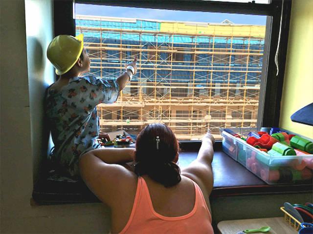 病室から見える建設現場にウォーリーの看板を作り毎日移動させた優しい作業員_03