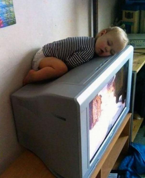funny-kids-sleeping-anywhere-99-57a9e31a79f3a__605