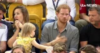 ヘンリー王子のポップコーンを盗み食いする小さな少女とのやり取りに人柄が出てると話題に