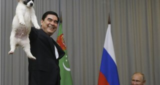 トルクメニスタンの大統領の犬の扱いの酷さに、プーチン大統領が奪い取るように抱く