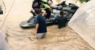 水上バイクで被災者を救助する一般のボランティアに賞賛の声