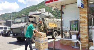 被害地のコンビニに自衛隊が商品輸送→「無料で配るのが常識だろ」外野の声に批判集まる