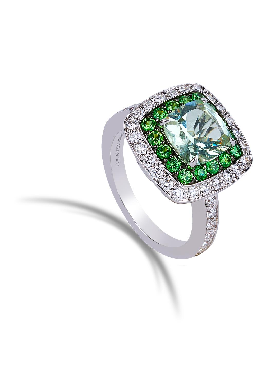 Packshot produit d'une bague avec diamant vert sur fond blanc