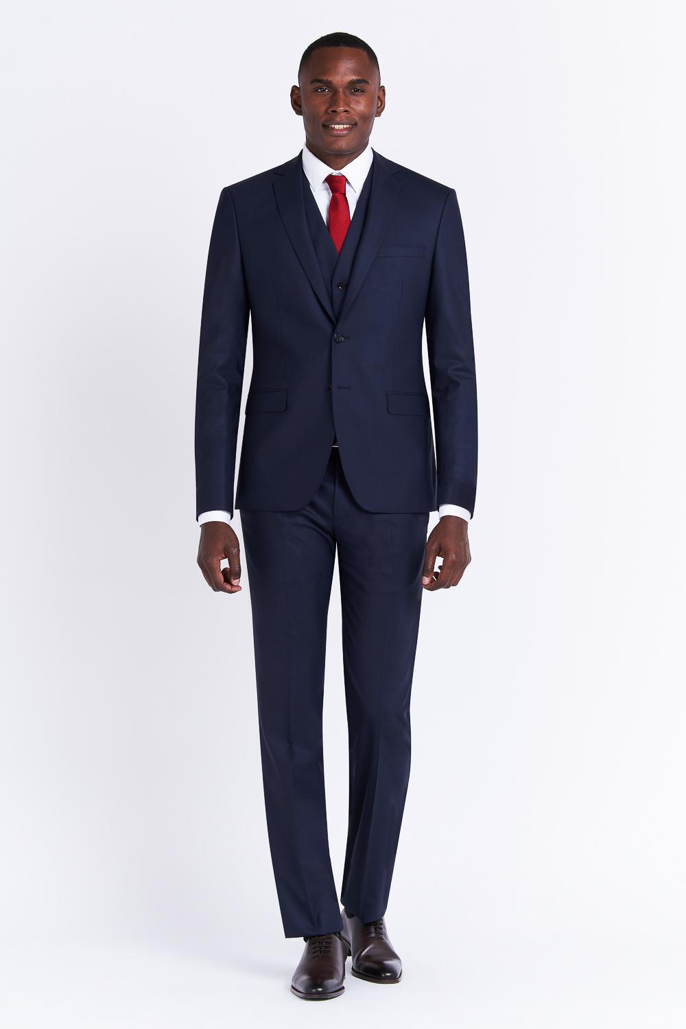 Homme en costume bleu sur fond gris