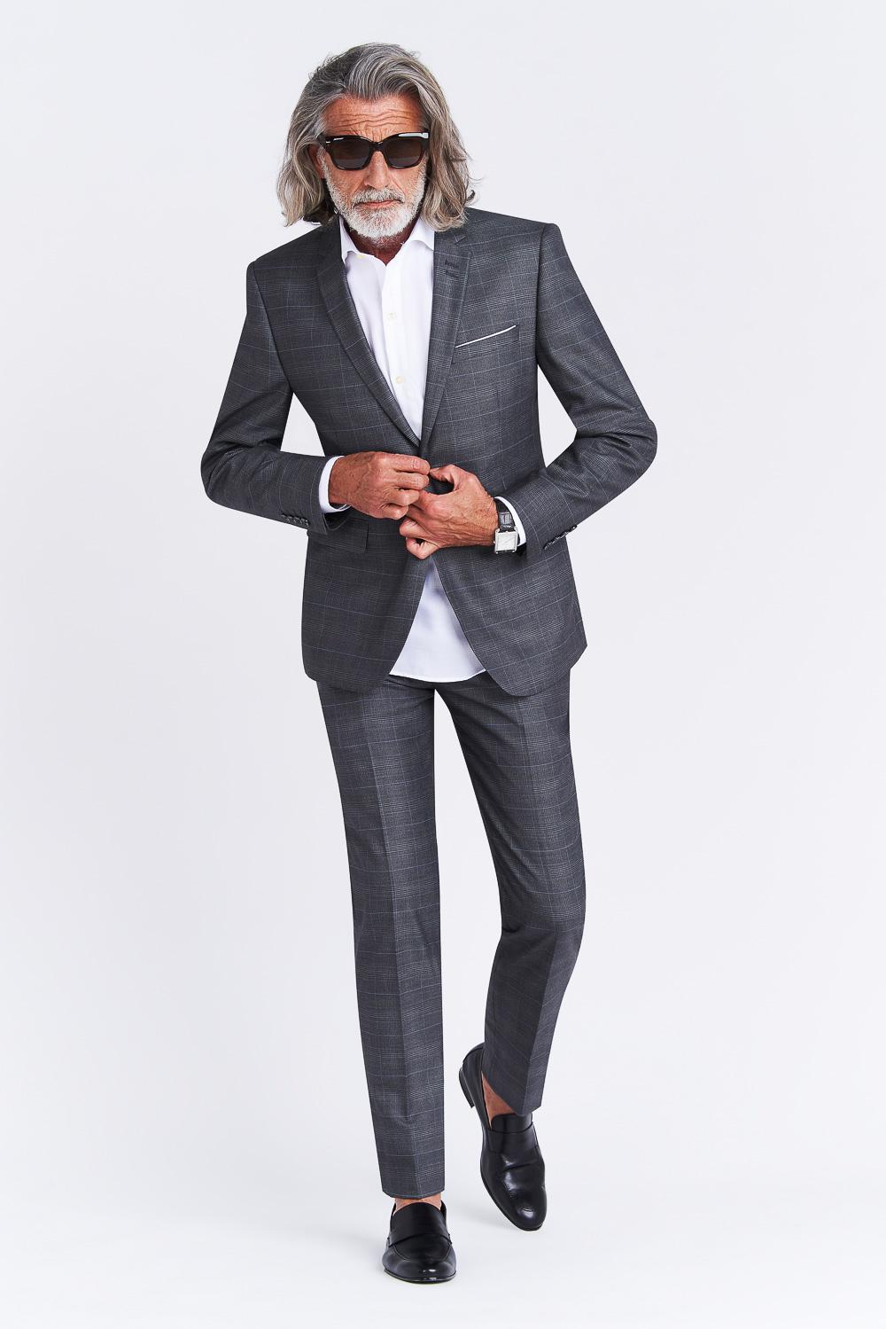 Homme en costume gris sur fond gris