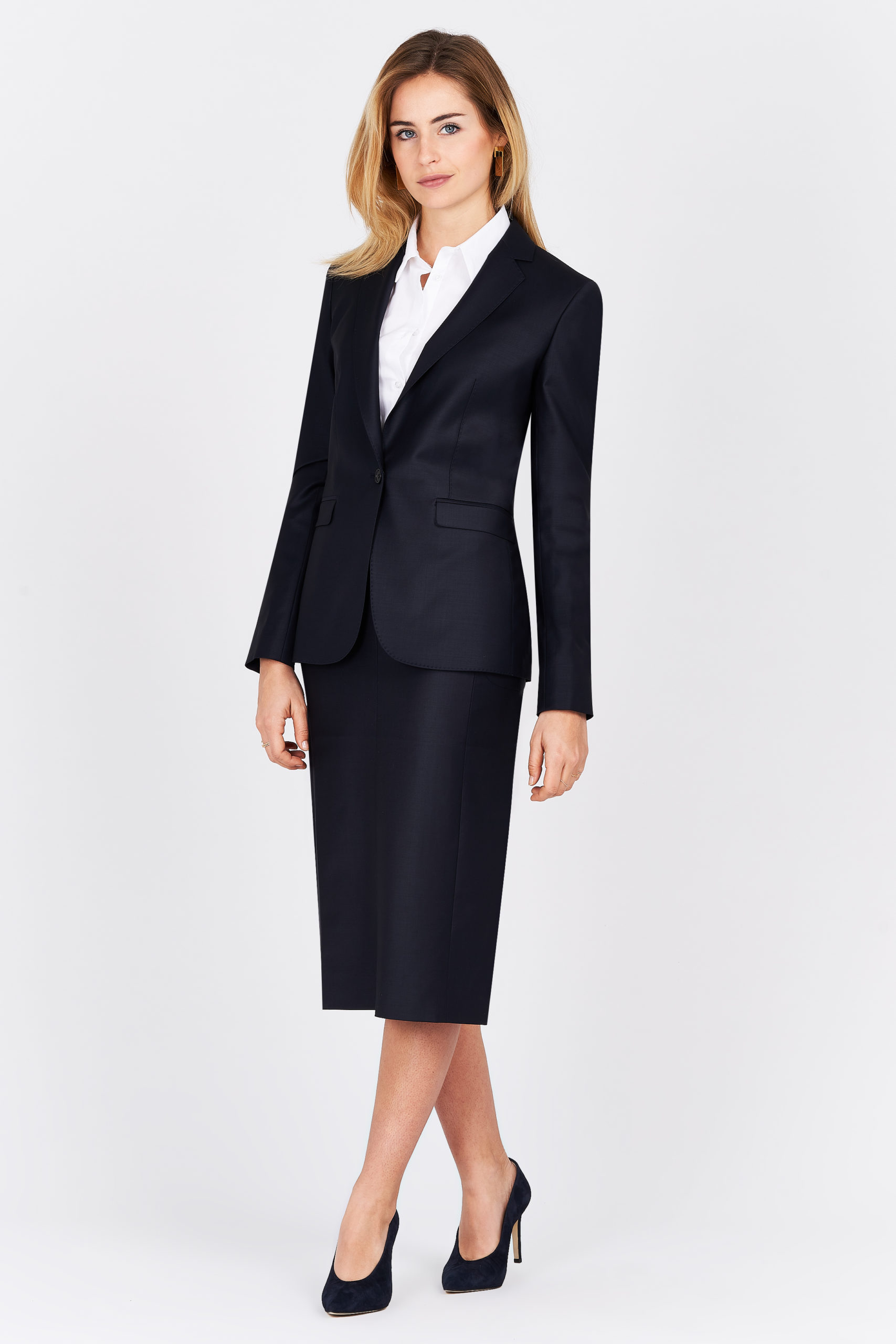 Packshot femme en tailleur noir sur fond gris