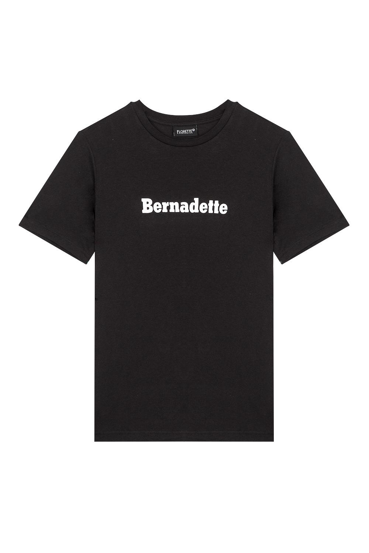 Packshot à plat d'un t-shirt noir sur fond blanc