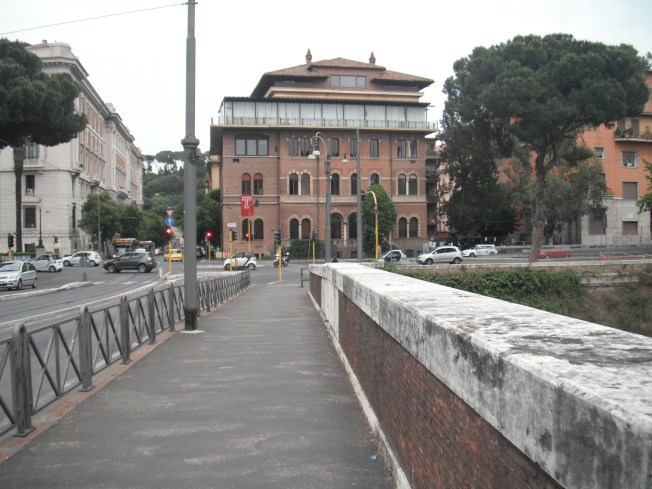 We finished up our first day in Roma by walking to the University for a pizza social dinner.