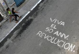 Dans une rue de La Havane. Sur fond de déclin économique et d'interrogations sur la santé de Fidel Castro, Cuba célèbre le 50e anniversaire de la révolution. (Reuters)