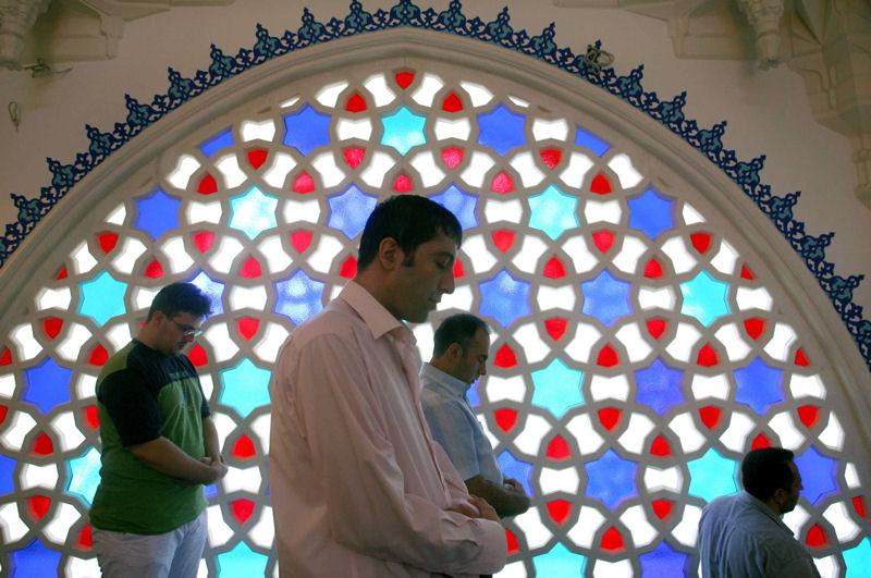 «Il est curieux de voir certains imams maudire et insulter l'Occident dans les prêches qu'ils font dans des [mosquées] occidentales... »