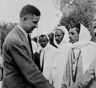 Le maire d'Alger Jacques Chevallier, ici en compagnie de paysans algériens, était favorable à des réformes pour améliorer les conditions politiques et sociales des musulmans en Algérie (1954) (AFP)