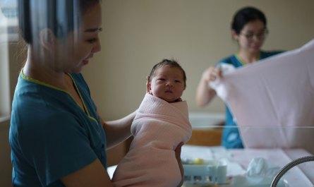 bidan dan bayi yang baru lahir
