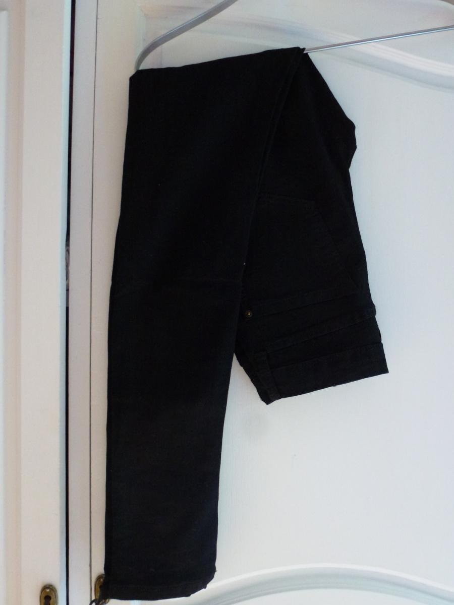 Un jean skinny noir Avant Première 30 euros