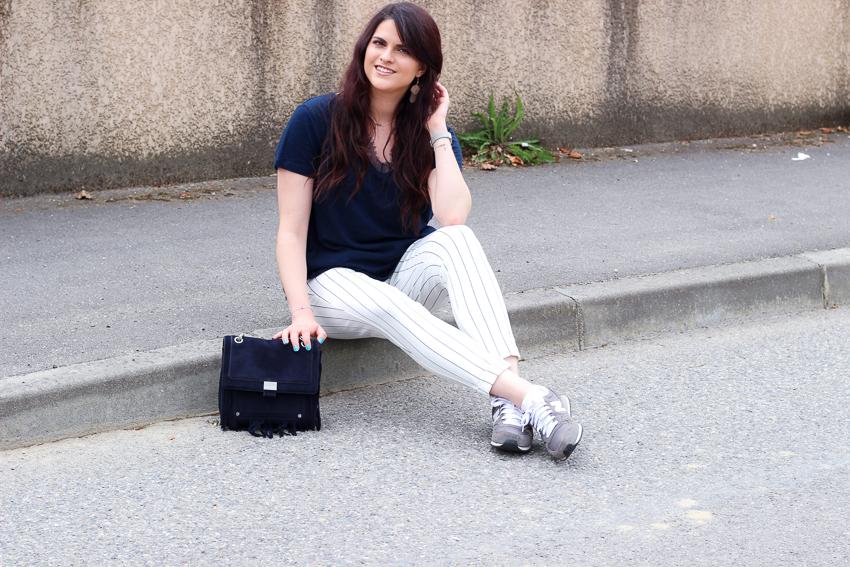 Look n°136 • Pantalon rayé & harmonie bleu marine