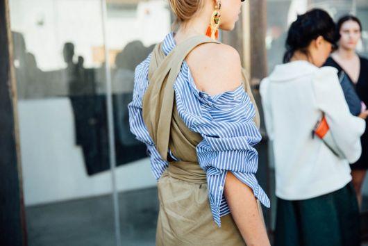 Vestido femenino sobre camisa masculina de rayas. / Icíar J. Carrasco