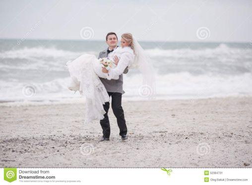 el-casarse-en-la-playa-en-invierno-52384731