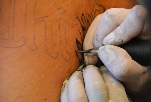 La última tendencia en tatuajes en una zona poco habitual el interior del labio