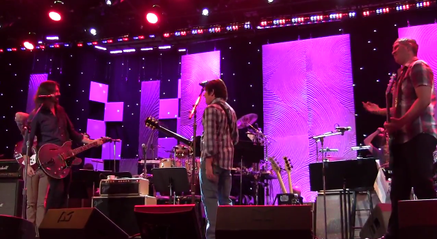 foo fighters john fogerty creedence Foo Fighters toca clássico do Creedence Clearwater Revival com John Fogerty