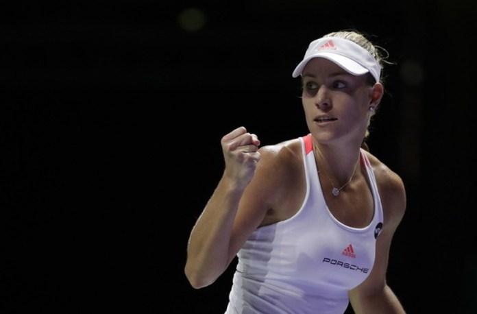 Kerber dio un paso enorme a las semifinales de las Finales WTA al superar a Halep