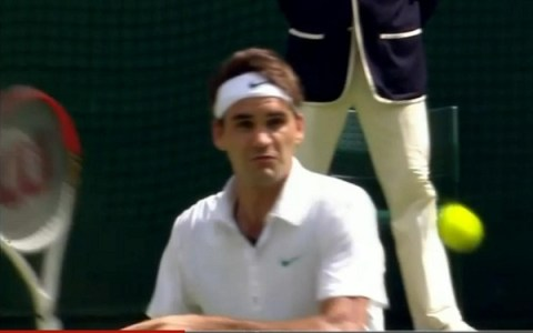 Roger Federer dodges head shot ball Andy Murray final Wimbledon pictures photos screencaps video