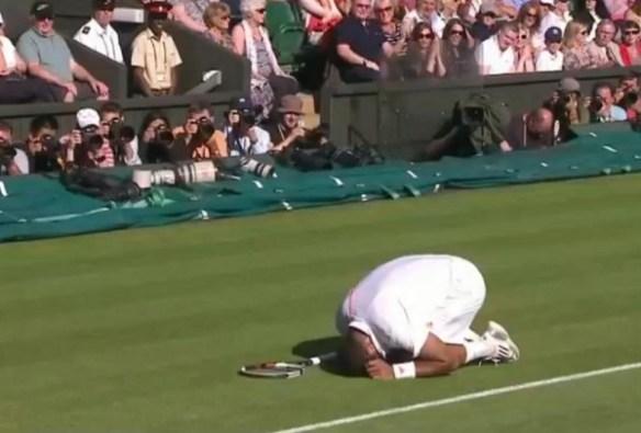 Jo Wilfried Tsonga curls up down balls nuts family jewels shot Andy Murray Wimbledon 2012