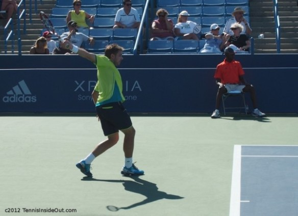 Stan Wawrinka yellow shirt backhand full extension Western and Southern Open 2012 photos