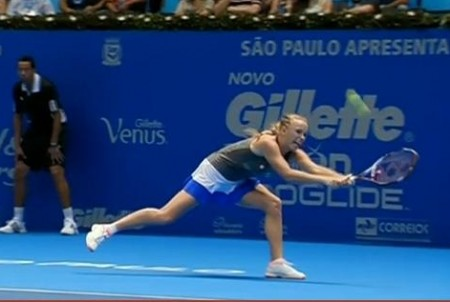 Caroline Wozniacki Woz big stretch backhand on the run Brazil match blue white skirt photos pics screencaps
