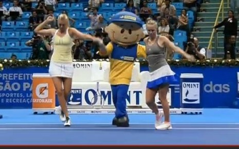 Maria Sharapova Caroline Wozniacki mascot dance Gillette Federer Tour pictures Brazil South America photos