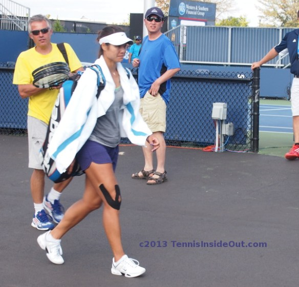 Li Na leaving practice Cincinnati Open famous right knee tape towel photos images pictures