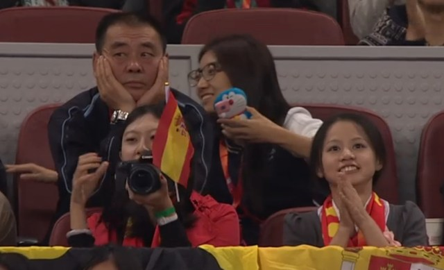 Crazy girl Rafa fans bored dad flag of Spain Beijing