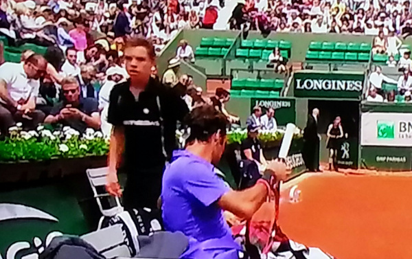 Roger Federer changing racquet racket new Roland Garros clay tennis