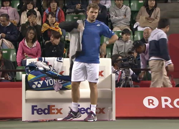 Stan Wawrinka putting on hoodie changeover pics