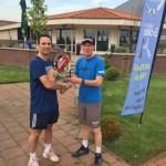 Arno ontvangt racket en tennisles van Holland Tennis