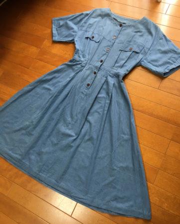 デニム生地のワンピースを着ていた同僚がいて、素敵だなと思ったことを母に話したら、私にも作ってくれた服です。