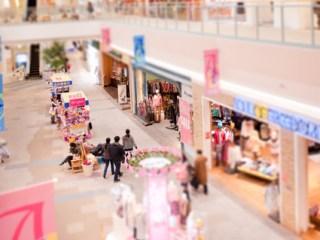 ショッピングモールの内装と人