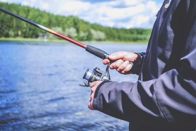釣りをする人のアップの手