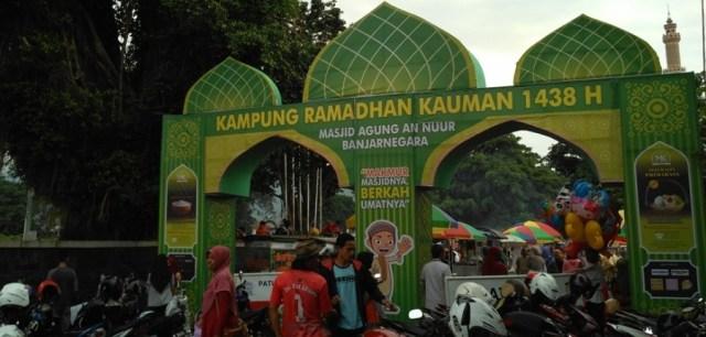 Foto: Gerbang masuk sebelah utara Kampung Ramadhan Kauman Banjarnegara 1438H (dokumen pribadi)
