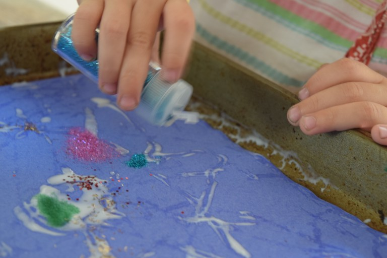 Glitter marble painting: This gorgeous craft is so easy, I'm shocked I didn't do it sooner. Ten Thousand Hour Mama