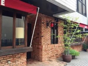 赤いテントがアクセントのカフェ