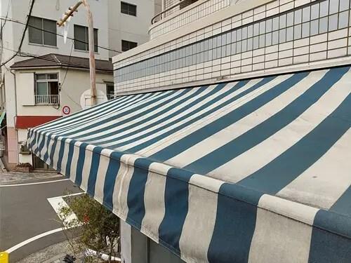 コバト836の入り口にかかるテントのクリーニング前の状態