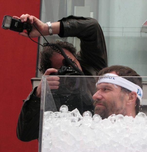 Demostración de Wim Hof bajo hielo en 2007